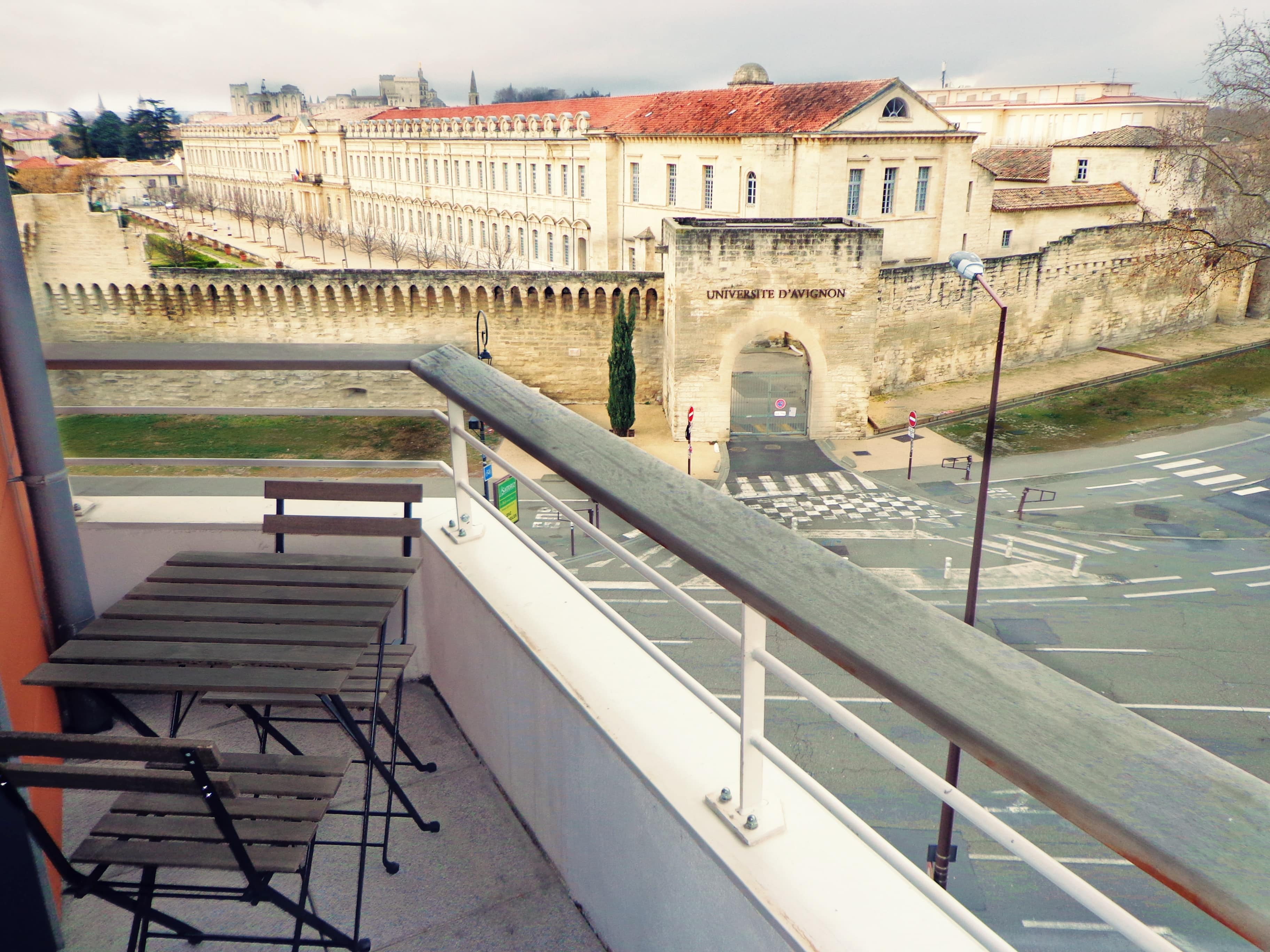 Vue panoramique de l'entrée sur l'université d'Avignon